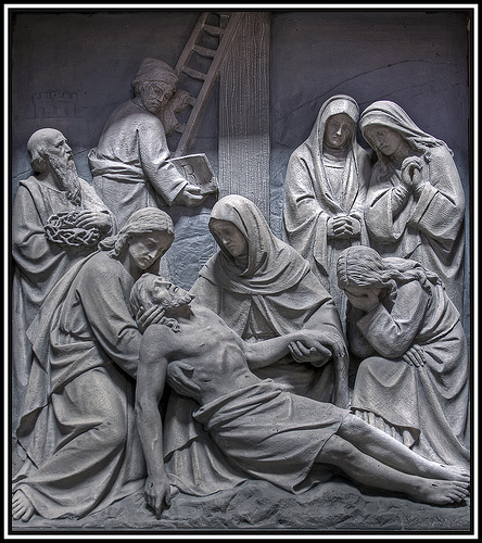 Jesús es descendido de la Cruz